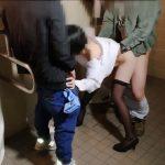 【個 無】男子トイレに手錠でつながれ放置☆群がる男たちのチ●ポが☆かわるがわるねじ込まれる